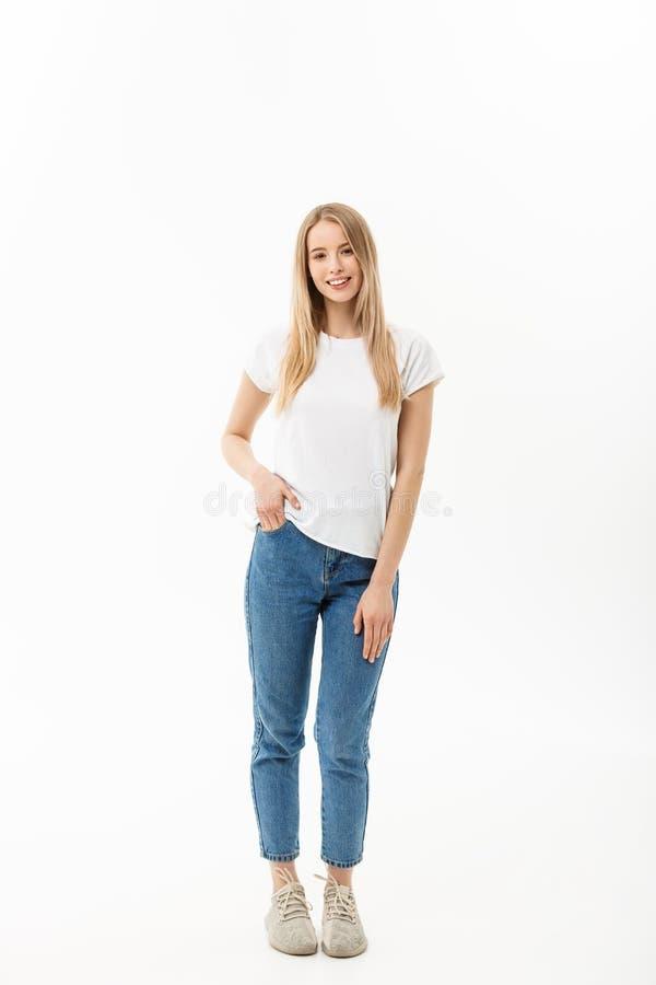Het mooie bevindende vrouw model stellen geïsoleerd op een witte achtergrond royalty-vrije stock afbeeldingen