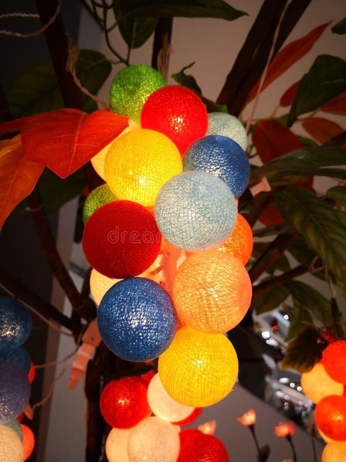 Het mooie het bewerken boeket van kleurrijke lichte ballen werd gehangen stock afbeeldingen