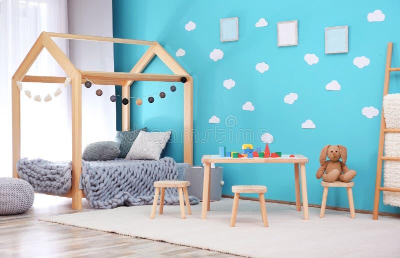 Het mooie binnenland van de kindruimte met houten meubilair stock afbeelding