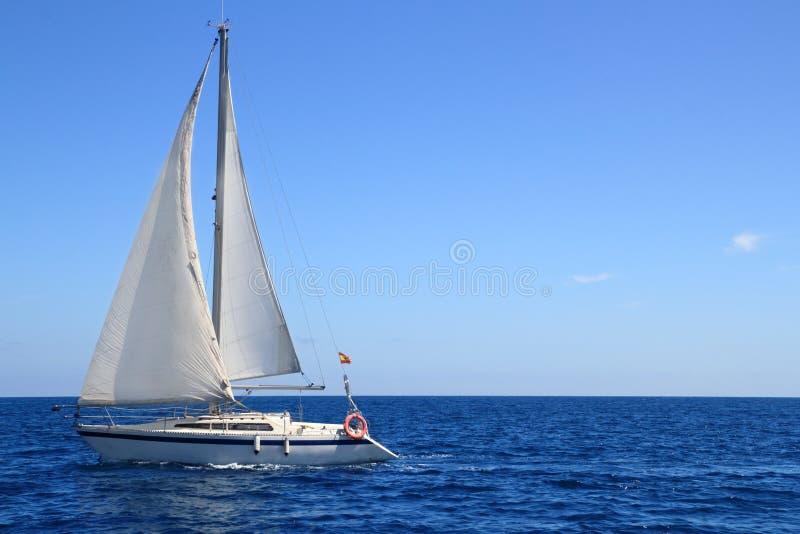 Het mooie blauwe Middellandse-Zeegebied van het zeilboot varende zeil stock fotografie