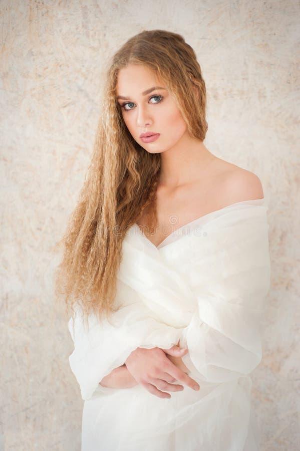 Het mooie bleke mooie krullende portret van het meisjesblonde Witte haar en kleren, gezonde huid, gezichtstextuur, naakte samenst stock afbeelding
