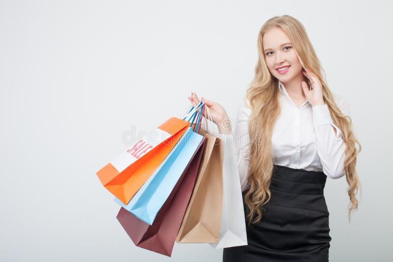 Het mooie blonde jonge meisje doet het winkelen royalty-vrije stock afbeeldingen