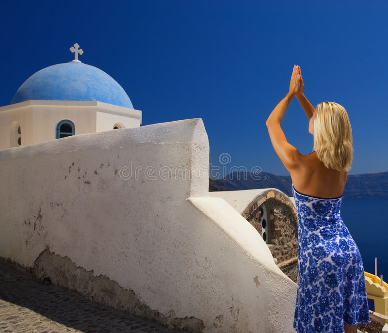 Het mooie blonde meisje bidden stock afbeelding