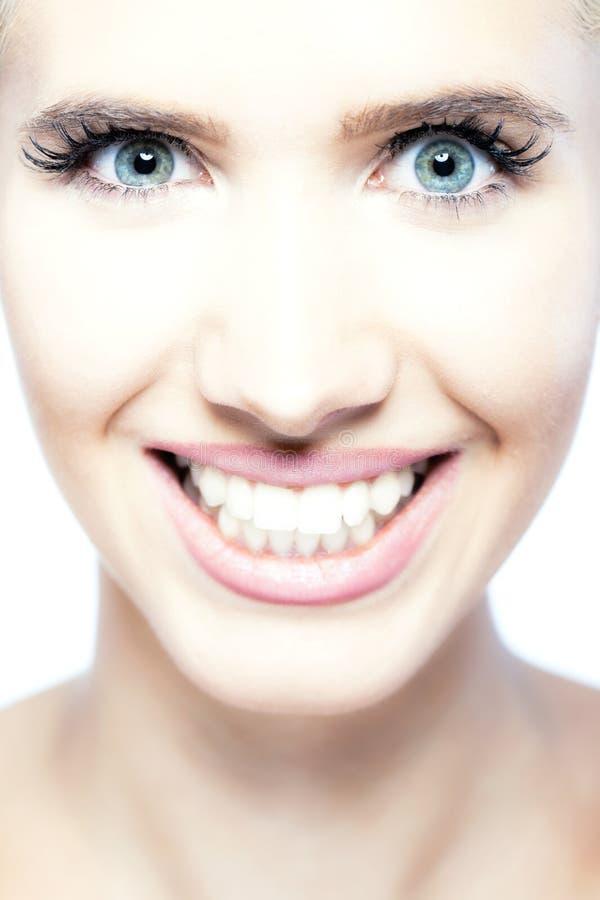 Het mooie blonde meisje glimlachen stock foto