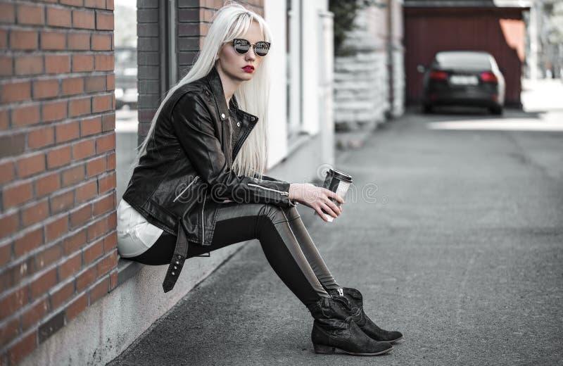 Het mooie blonde model stellen in sunglsses in openlucht royalty-vrije stock fotografie