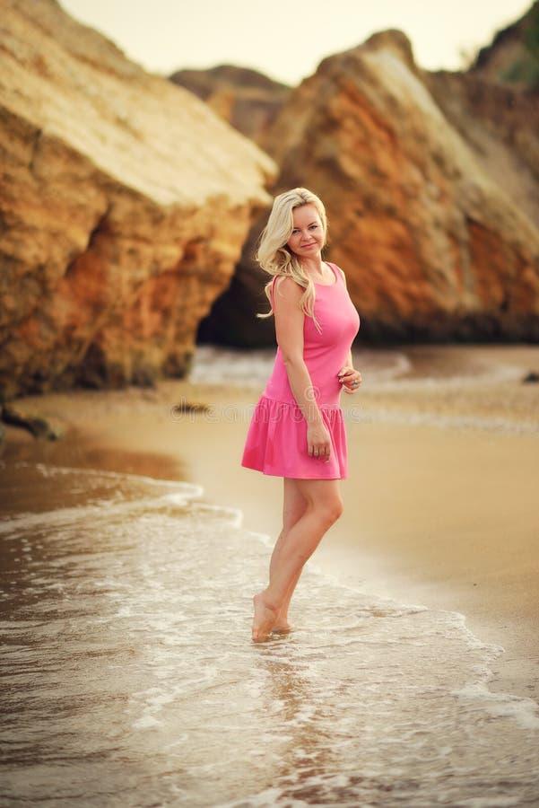 Het mooie blonde op overzees royalty-vrije stock foto