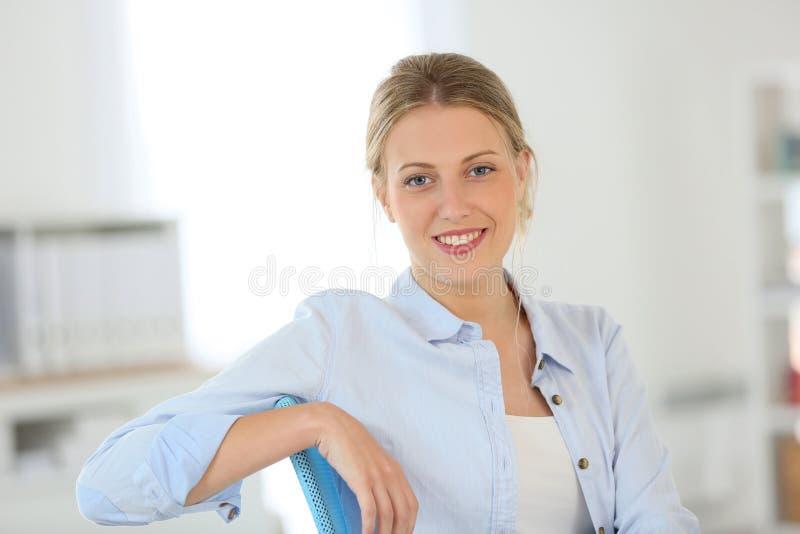 Het mooie blonde vrouw glimlachen royalty-vrije stock foto