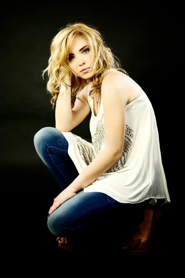 Het mooie blonde vrouwelijke model ernstige denken stock afbeeldingen