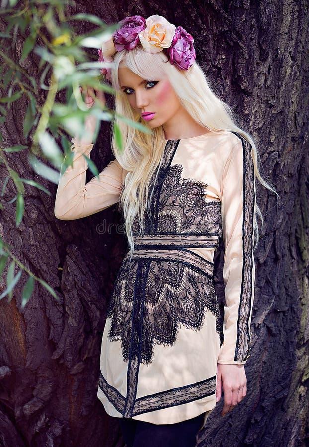 Het mooie blondemeisje stellen in kleding royalty-vrije stock foto's