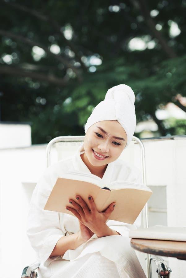 Het mooie Boek van de Lezing van de Vrouw stock afbeeldingen