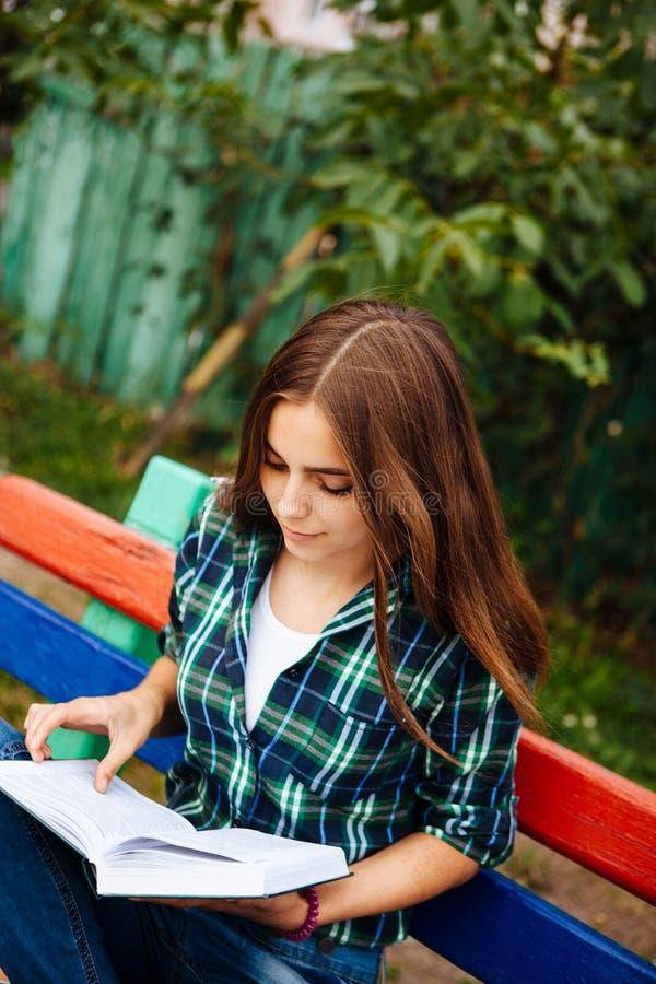 Het mooie boek van de meisjeslezing in openlucht, met exemplaarruimte royalty-vrije stock afbeeldingen