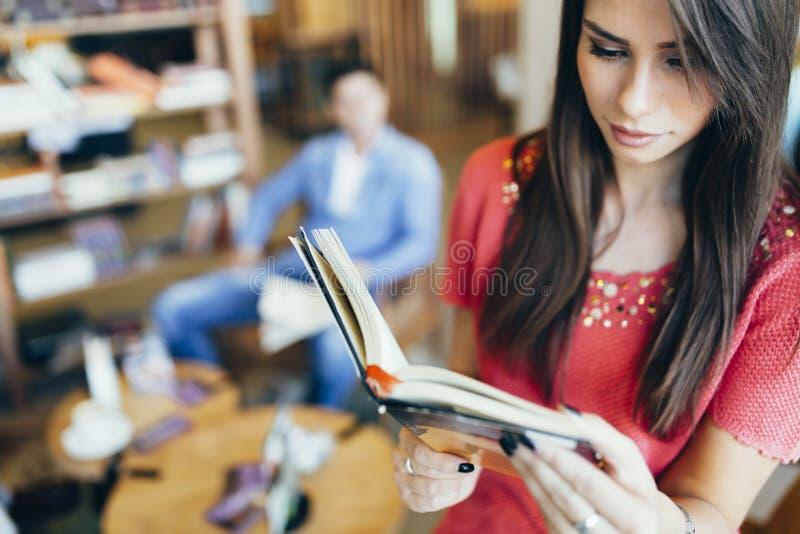 Het mooie boek van de vrouwenlezing stock afbeeldingen