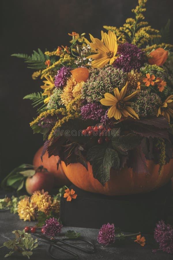 Het mooie boeket van de herfstbloemen in pompoen Het stilleven van de daling royalty-vrije stock foto's