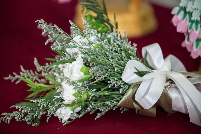 Het mooie boeket van heldere wit nam bloemen, op lijst toe Huwelijksbloemen, bruids boeketclose-up stock foto's