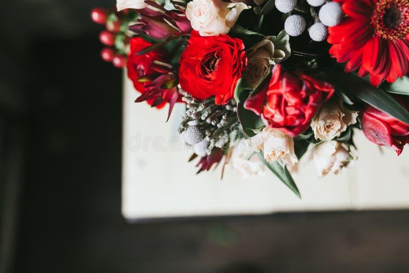 Het mooie boeket van rode bloemen sluit omhoog stock foto
