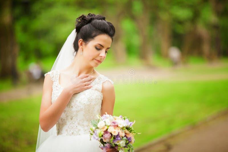Het mooie bruid stellen in haar huwelijksdag stock foto