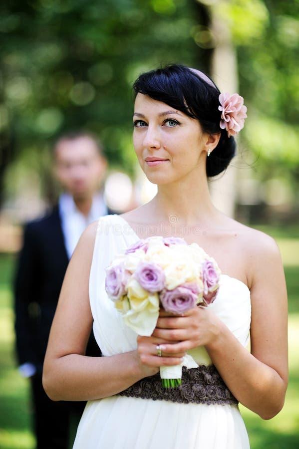 Het mooie bruid stellen in openlucht op huwelijksdag royalty-vrije stock foto