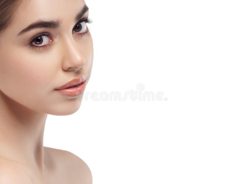 Het mooie brunette van de het portret jonge studio van het vrouwengezicht dichte omhooggaande stock afbeeldingen