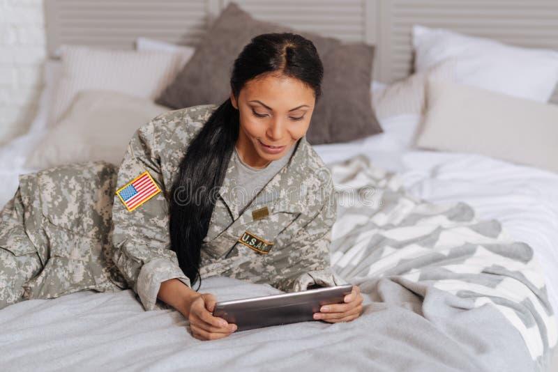 Het mooie charmante dame ontspannen op bed royalty-vrije stock afbeeldingen