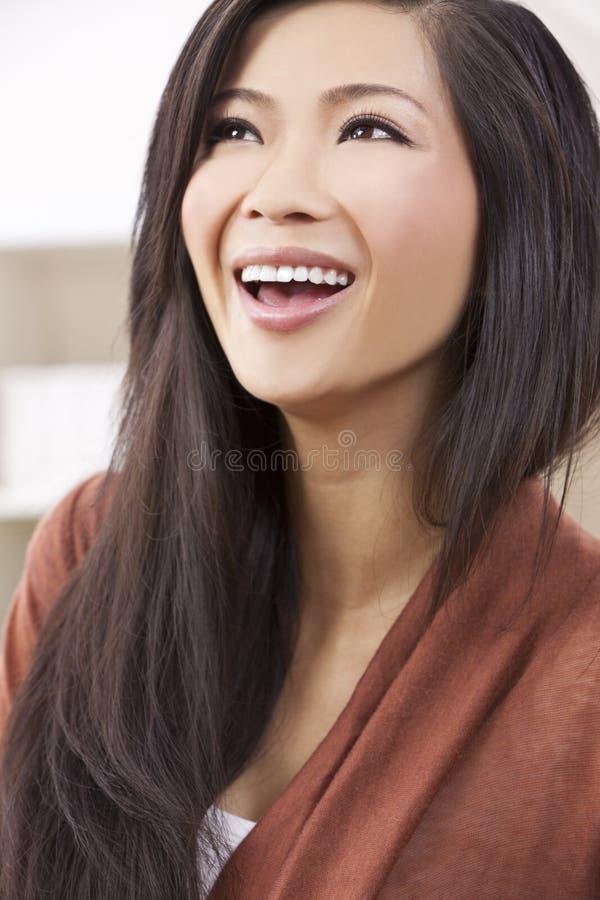 Het mooie Chinese Oosterse Aziatische Lachen van de Vrouw stock foto