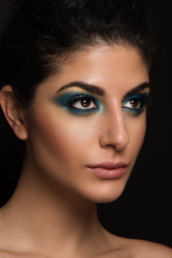 Het mooie close-upportret van jong Kaukasisch wijfje isoleerde witte achtergrond. Blauwe oogmake-up, grote bruine ogen, lange zwee royalty-vrije stock fotografie