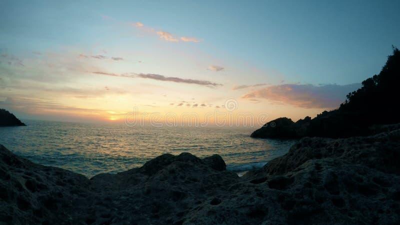 Het mooie cloudscape en zonsondergang breken door wolk over overzeese bezinning, tijdtijdspanne over water royalty-vrije stock foto