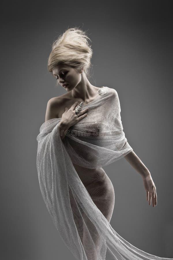 Het mooie creatieve kapsel van het peinzende aantrekkingskrachtmeisje royalty-vrije stock foto's