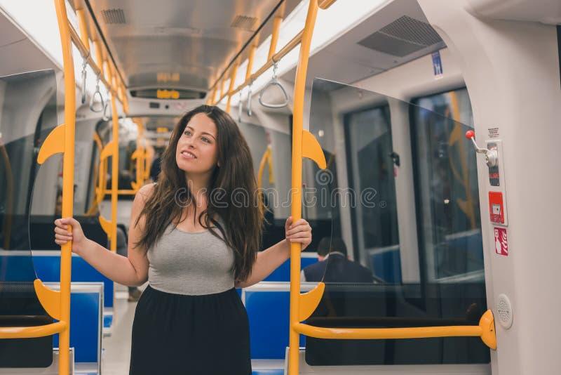 Het mooie curvy meisje stellen in een metro auto royalty-vrije stock foto's