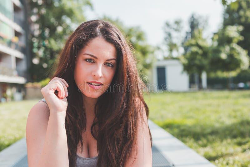 Het mooie curvy meisje stellen in een stedelijke context stock foto