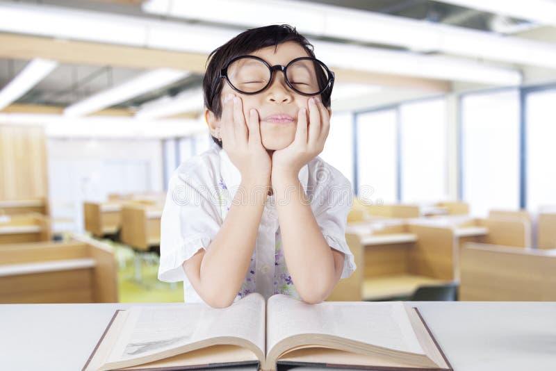 Het mooie dagdromen van de kleuterschoolstudent in klasse royalty-vrije stock afbeeldingen