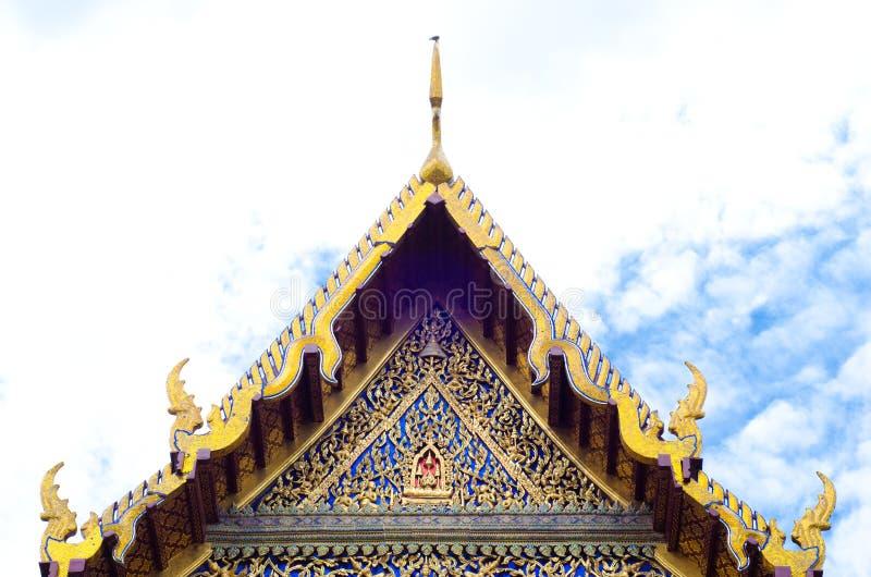 Het mooie dak van tempel op blauwe hemel backgroun stock afbeeldingen