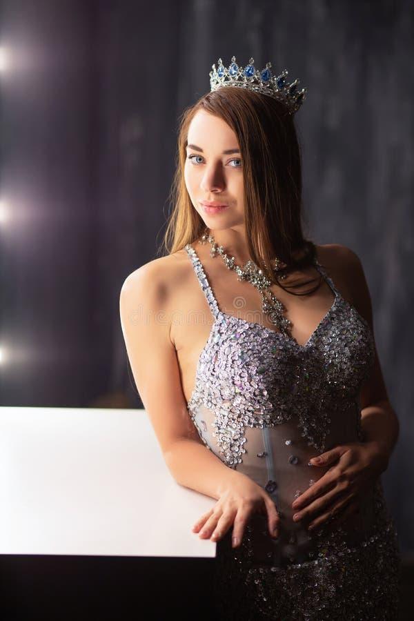 Het mooie dame stellen in een studio stock foto