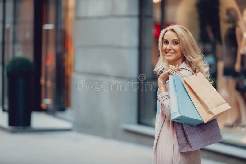 Het mooie dame stellen op middelbare leeftijd op de straat royalty-vrije stock afbeelding
