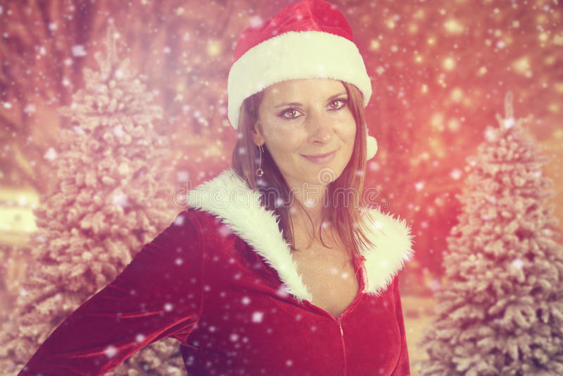 Het mooie dame stellen voor Kerstmis stock fotografie