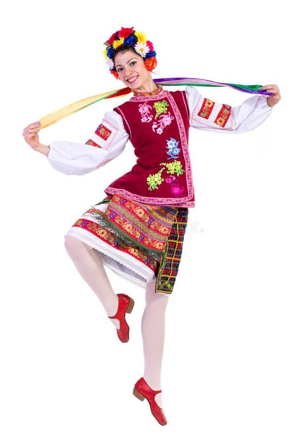 Het mooie dansende meisje in Oekraïens poetsmiddel nationaal traditioneel kostuum kleedt gelukkige glimlach, volledig geïsoleerd  royalty-vrije stock afbeelding