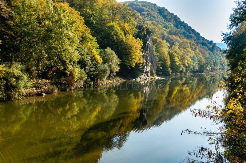 Het mooie de herfstlandschap wordt weerspiegeld in de rivier Psekups van de spiegelberg Zonnige dag op esortgebied met Jonge haan royalty-vrije stock afbeelding