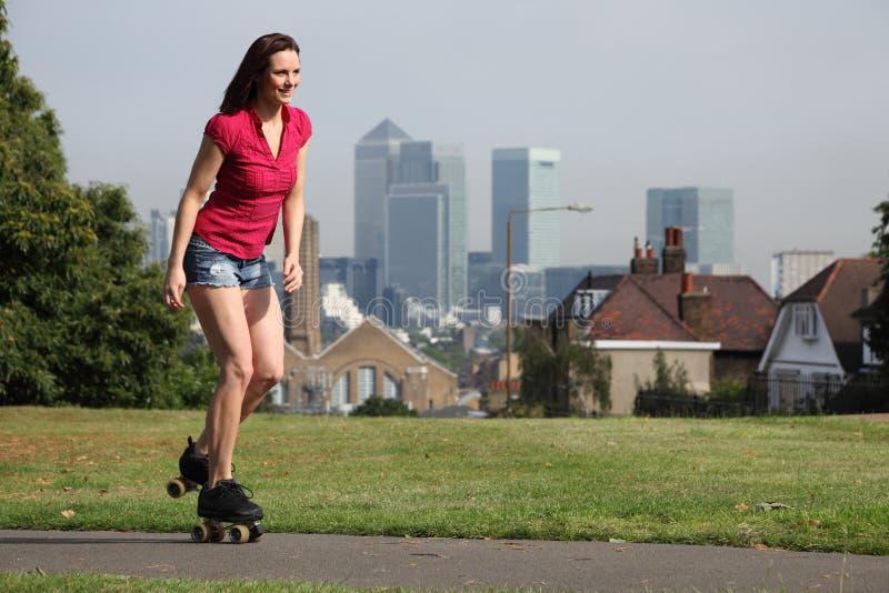 Het mooie de pretrol van de vrouwenzomer schaatsen Londen stock fotografie