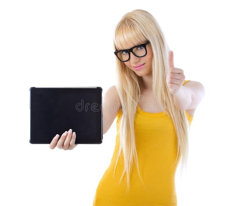 Het mooie de tablet van de vrouwenholding geven beduimelt omhoog royalty-vrije stock foto