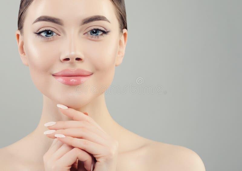 Het mooie dichte omhooggaande portret van het vrouwengezicht Gezond model met duidelijke huid Skincare en Gezichtsbehandelingscon stock afbeeldingen