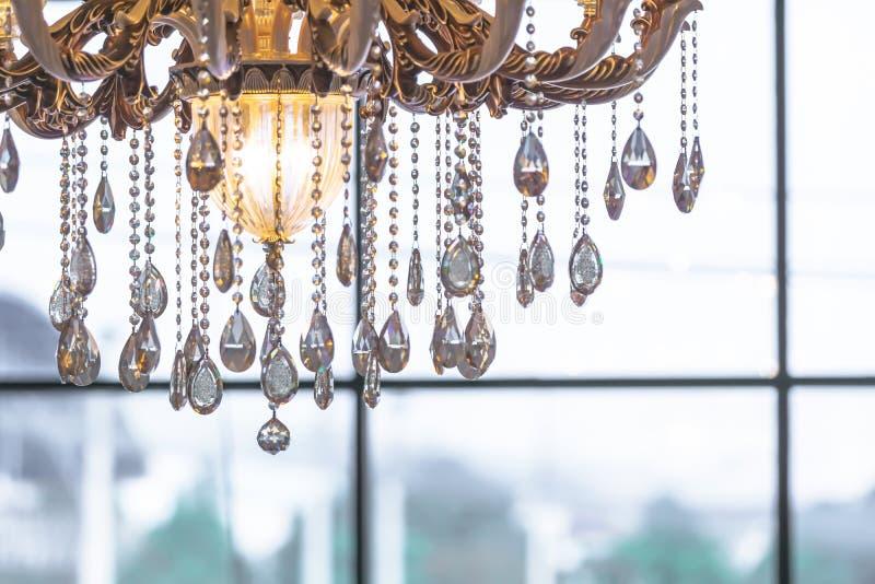 Het mooie die close-up van de kristalkroonluchter met helderheid wordt geschoten backg royalty-vrije stock afbeeldingen