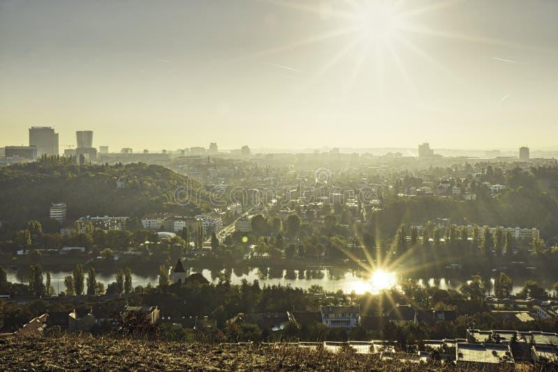 Het mooie die HDR-landschapspanorama van Praag met zon dacht in Vltava-rivier na uit Zvahov-heuvel wordt genomen royalty-vrije stock afbeelding