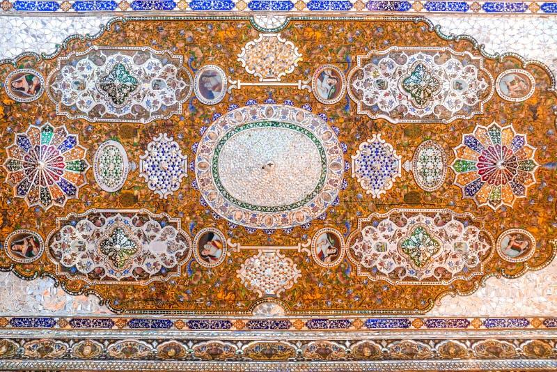 Het mooie die plafond van het Qavam-Huis of Narenjestan e Ghavam, met spiegeltegels wordt opgesmukt werkt en het houten schildere stock afbeelding