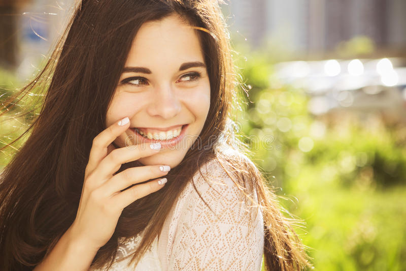Het mooie donkerbruine Kaukasische jonge vrouw laughting tonen perfe royalty-vrije stock afbeeldingen