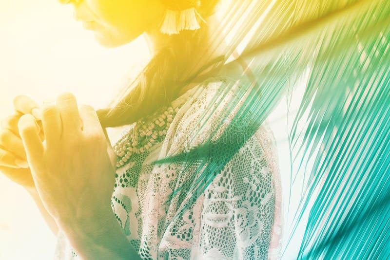 Het mooie donkerbruine meisje bindt haar kanten haarvlecht stock foto