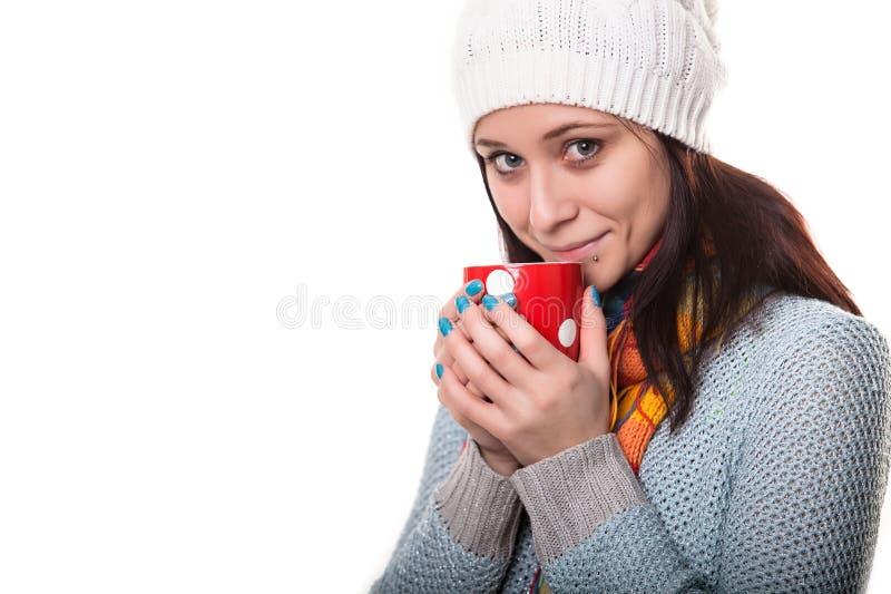 Het mooie donkerbruine meisje geniet van hete drank stock afbeeldingen