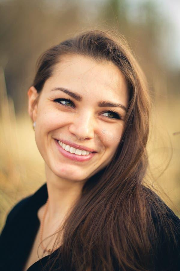 Het mooie donkerbruine meisje glimlachen De herfst Kunstfoto stock foto's