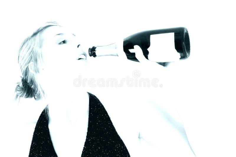 Het mooie Drinken van de Vrouw van een Fles van Champagne royalty-vrije stock afbeelding