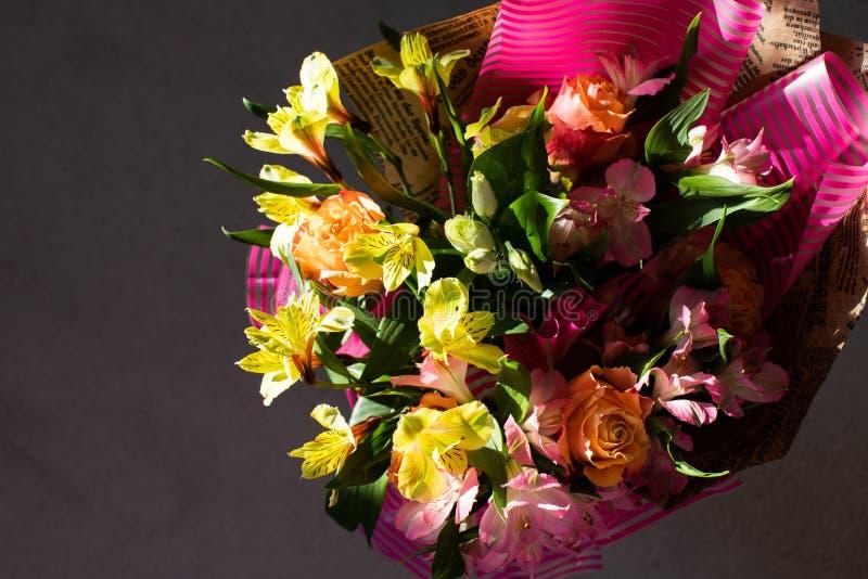Het mooie elegante boeket van de de zomerlente met rozen en alstroemerias stock fotografie