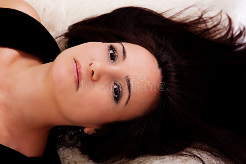 Het mooie en droevige vrouw liggen stock afbeelding