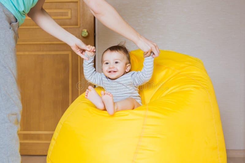 Het mooie expressieve aanbiddelijke gelukkige leuke het lachen het glimlachen gezicht van de babyzuigeling stock foto's